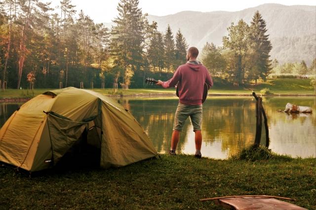 湖畔でキャンプの風景