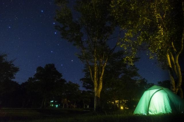 星空の下でキャンプする風景