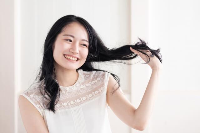 髪の毛に触る